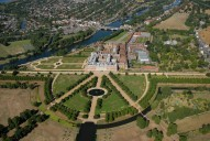 Aerial photograph of Hampton Court Palace